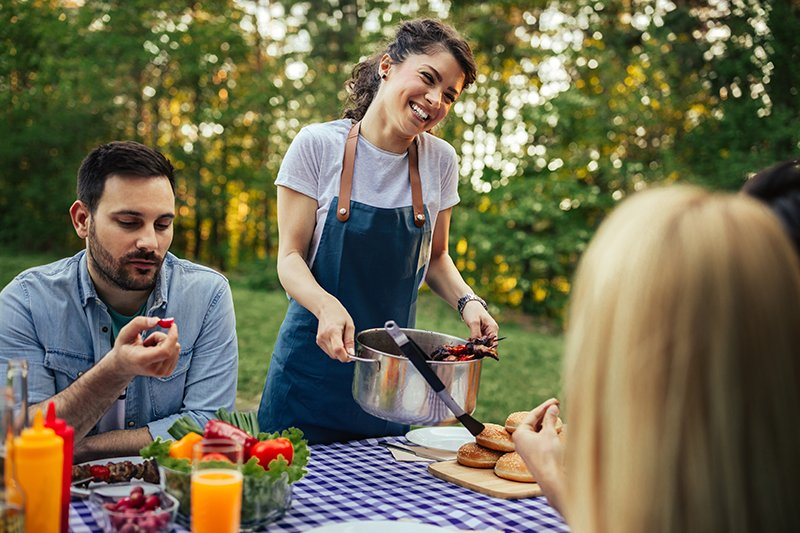 barbecue-with-friends-V57XYDD